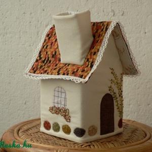 Zsebkendőtartó házikó , Dekoráció, Otthon & lakás, Lakberendezés, Tárolóeszköz, Patchwork, foltvarrás, Varrás, Dobozos papírzsebkendőhöz való géppel varrott és kézzel díszített  házikó. A zsebkendőt a kéményen á..., Meska