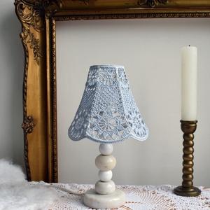 Világoskék vintage horgolt csipkefény lámpa, Lakberendezés, Otthon & lakás, Lámpa, Asztali lámpa, Horgolás, \nRégi fehér márvány és új fehérre viaszolt golyó alkotja a lámpatestet, ami E27-es foglalattal majd'..., Meska