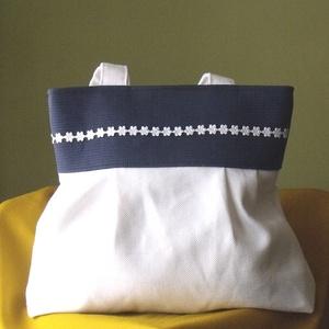 Fehér válltáska kék felső résszel,virágokkal, Gyerek & játék, Táska, Táska, Divat & Szépség, Válltáska, oldaltáska, Varrás, Fehér  vászonból ,sötétkék  felső résszel készítettem ezt a  táskát.\nMinden alkalomra megfelelő.\nDís..., Meska