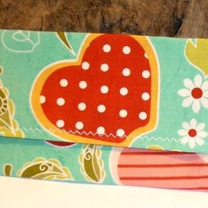 Varrott papírzsebkendő tartó színes anyagból, Táska & Tok, Varrás, Patchwork, foltvarrás, Ez egy varrott papírzsebkendő tartó színes anyagból. Mérete: 13 cm hosszú, 7 cm széles. Kedves ajánd..., Meska