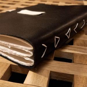 Bőrkötéses napló mintás gerinccel, Otthon & Lakás, Papír írószer, Jegyzetfüzet & Napló, Könyvkötés, Ezt a bőrkötéses naplót egyedi varrása teszi igazán különlegessé: a három vaskos ívet oly módon varr..., Meska