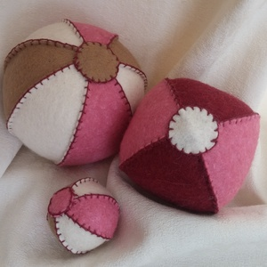 Filc labda rózsaszín-bordó, Gyerek & játék, Játék, Varrás, Filcből készült labda.\n\nA labdák kézzel lettek varrva, tömésük gyapjú.\n\nLabdák mérete, csökkenő sorr..., Meska