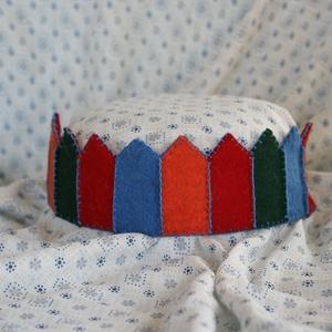 Filc korona bordó-kék-narancs, Gyerek & játék, Játék, Varrás, Filcből készült korona, kisebb- és óvodáskorú gyermekek számára.\n\nA korona kézzel varrt.\nJó minőségű..., Meska