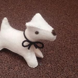 Filc foxi kutya fehér, Gyerek & játék, Játék, Játékfigura, Varrás, Nemezelés, Nagyon jó minőségű gyapjúfilcből készült, kézzel varrt, apró kis kutyus. \n\nGyapjú szemű, gyapjú orrú..., Meska