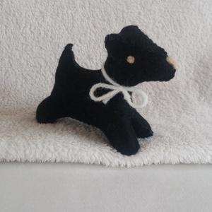 Filc foxi kutya fekete, Gyerek & játék, Játék, Játékfigura, Varrás, Nemezelés, Nagyon jó minőségű gyapjúfilcből készült, kézzel varrt, apró kis kutyus. \n\nGyapjú szemű, gyapjú orrú..., Meska