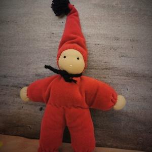Waldorf marokbaba lábas, Baba, Baba & babaház, Játék & Gyerek, Varrás, Hímzés, Egy piros kis babácska készült..\nBársonyos, cseresznyepiros ruhácskában, sapkával.\nA baba 19 cm sapi..., Meska