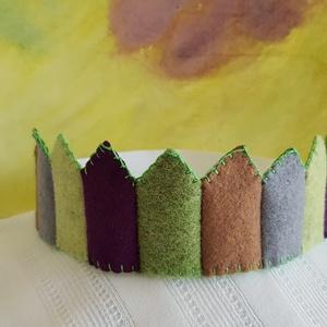 Filc korona 2, Jelmez, Jelmez & Álarc, Ruha & Divat, Varrás, Filcből készült korona, kisebb- és óvodáskorú gyermekek számára.\n\nJó minőségű színes filc anyagból k..., Meska