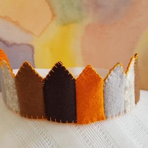 Filc korona 4, Jelmez, Jelmez & Álarc, Ruha & Divat, Varrás, Filcből készült korona, kisebb- és óvodáskorú gyermekek számára.\n\nJó minőségű színes filc anyagból k..., Meska