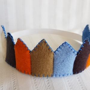Filc korona 6, Jelmez, Jelmez & Álarc, Ruha & Divat, Varrás, Filcből készült korona, kisebb- és óvodáskorú gyermekek számára.\n\nJó minőségű színes filc anyagból k..., Meska