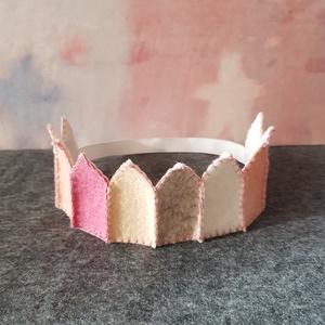 Filc korona rózsaszín 2, Ruha & Divat, Jelmez & Álarc, Jelmez, Varrás, Filcből készült korona, kisebb- és óvodáskorú gyermekek számára.\n\nJó minőségű színes filc anyagból k..., Meska