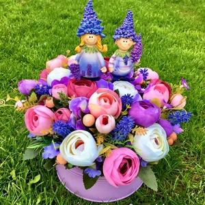 Levendulás-boglárkás virágmező, Otthon & Lakás, Dekoráció, Asztaldísz, Virágkötés, Lila színű kaspóban 4 csokornyi lila-bordó-világos rózsaszín-fehér boglárka és levendula virágokat h..., Meska