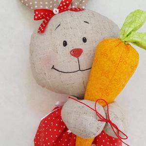 Mini nyuszi répával, , Varrás, Baba-és bábkészítés, Saját tervezésű nyuszika egy óriás répával. \nCsinos fodros, masnival díszített piros ruhát kapott. A..., Meska