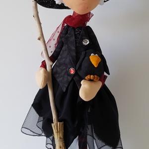 Halloween boszorkány dekoráció, Otthon & Lakás, Dekoráció, Asztaldísz, Baba-és bábkészítés, Beltéri dekorációnak készítettem ezt a mókás textil boszorkányt. A test merev vázat kapott, így megá..., Meska