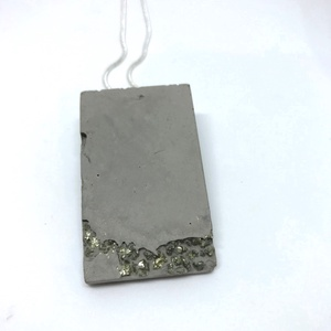 BETON nyaklánc #10 - téglatest alakú - pirit ásvány - fém lánc - különleges ékszer -ajándék célra vagy saját részre is (Edian) - Meska.hu