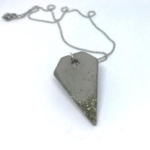BETON nyaklánc #11 - rombusz alakú - pirit ásvány - fém lánc - különleges ékszer -ajándék célra vagy saját részre is, Ékszer, Nyaklánc, Betonból készült pirit ásvány és fémhatású festék felhasználásával. A természetes formákat igyekszem..., Meska
