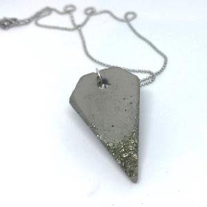 BETON nyaklánc #11 - rombusz alakú - pirit ásvány - fém lánc - különleges ékszer -ajándék célra vagy saját részre is (Edian) - Meska.hu