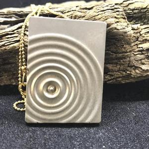 BETON nyaklánc #5 - téglatest alakú - pirit ásvány - fém lánc - különleges ékszer -ajándék célra vagy saját részre is, Ékszer, Nyaklánc, Betonból készült pirit ásvány és fémhatású festék felhasználásával. A természetes formákat igyekszem..., Meska