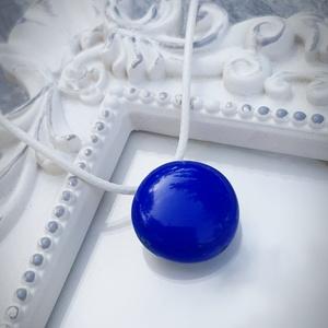 PÖTTY medál KIRÁLYKÉK, Ékszer, Medál, Nyaklánc, A képen látható rétegezett üvegből készült medál, átmérője 2,5 cm. Választhatsz hozzá fekete, szürke..., Meska
