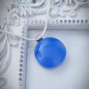 PÖTTY medál DELFINKÉK, Ékszer, Medál, Nyaklánc, A képen látható rétegezett üvegből készült medál, átmérője 2,5 cm. Választhatsz hozzá fekete, szürke..., Meska