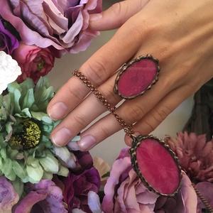 Csipke gyűrű - bársony pink csipkével - extrém városi vonal - romantikus nő részére - bronz foglalat - nem mindendennapi (Ediartglass) - Meska.hu