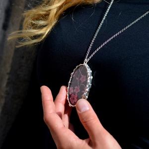 Csipke medál - valódi ezüstözött - Mályva szín - hosszú láncon - különleges viselet hétköznapra is - extravagáns darab (Ediartglass) - Meska.hu