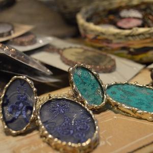 Csipke medál - Türkiz szín - bronz foglalat - extrém darab - divatérzékeny női viselet - hosszú lánc - bronz keret (Ediartglass) - Meska.hu