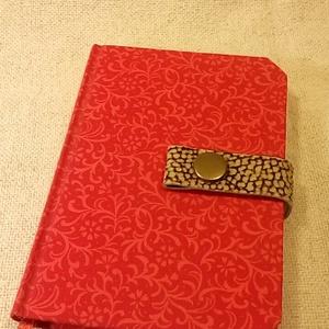 A/6 piros patentos notesz (51), Naptár, képeslap, album, Otthon & lakás, Jegyzetfüzet, napló, Könyvkötés, Mérete: 10 x 14 cm 200 oldal vajsárga üres lapokkal. Bőrpánt és patent segítségével záródó notesz.A ..., Meska