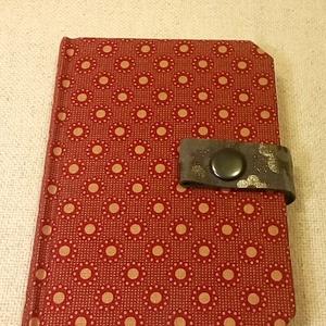 A/6 Bordós pöttyös patentos notesz (54), Jegyzetfüzet & Napló, Papír írószer, Otthon & Lakás, Könyvkötés, Mérete: 10 x 14 cm 200 oldalbarackvirág színű üres lapokkal. Bőrpánt és patent segítségével záródó n..., Meska