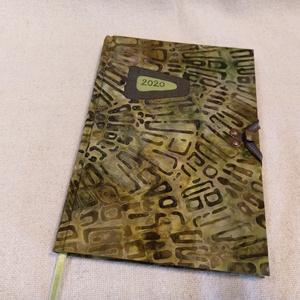 Zöld batikolt határidő napló (2), Férfiaknak, Naptár, jegyzet, tok, Könyvkötés, Papírművészet, Méretek: 14 x 20 cm. heti beosztású határidő napló, melynek az oldalait kézzel rajzoltam, terveztem...., Meska