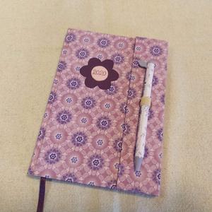 A/5 Lila virágos határidő napló (9), Otthon & lakás, Naptár, képeslap, album, Naptár, Könyvkötés, Papírművészet, Méretek: 14 x 20 cm. heti beosztású határidő napló, melynek az oldalait kézzel rajzoltam, terveztem...., Meska