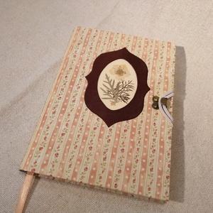 A/5 Lazac színű virágberakásos napló, Otthon & lakás, Naptár, képeslap, album, Jegyzetfüzet, napló, Könyvkötés, Papírművészet, Méretek: 14 x 20 cm, 240 oldalas, barackvirág színű egyedi vonalazású könyv. A tábláját díszítő virá..., Meska