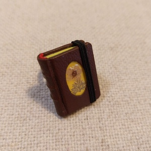 Bőrös könyvgyűrű (1), Ékszer, Gyűrű, Könyvkötés, Mindenmás, Mérete: 2.8 x 2 cm, 72 oldalas. Sárga és zöld színű papírból kézzel fűzött, igazi minikönyv, melybe ..., Meska