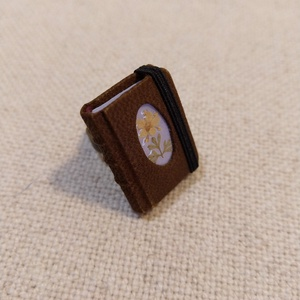 Bőrös könyvgyűrű (6), Statement gyűrű, Gyűrű, Ékszer, Ékszerkészítés, Könyvkötés, Mérete: 2.8 x 2 cm, 72 oldalas. Lila színű papírból, kézzel fűzött, igazi minikönyv, melybe lehet ír..., Meska