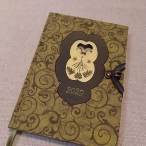 A/6 Határidő napló, zöld, virágberakásos, Otthon & lakás, Naptár, képeslap, album, Fotó, grafika, rajz, illusztráció, Könyvkötés,  Méretek: 10 x 14 cm, heti beosztású napló, citrom sárga lapokkal. Kézzel írott, rajzolt belső oldal..., Meska