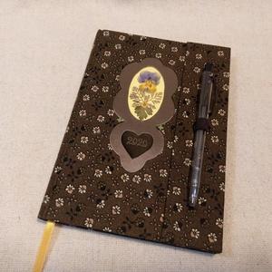A/5 Barna, tollas-virágos határidő napló, Otthon & lakás, Naptár, képeslap, album, Naptár, Fotó, grafika, rajz, illusztráció, Könyvkötés, Méretek: 14 x 20 cm. heti beosztású határidő napló, melynek az oldalait kézzel rajzoltam, terveztem...., Meska