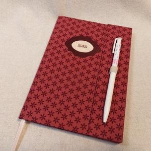 A/5 Bordó tollas határidő napló, Otthon & lakás, Naptár, képeslap, album, Naptár, Fotó, grafika, rajz, illusztráció, Könyvkötés, Méretek: 14 x 20 cm. heti beosztású határidő napló, melynek az oldalait kézzel rajzoltam, terveztem...., Meska