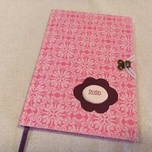 A/5 Rózsaszín, kampós határidő napló, Otthon & lakás, Naptár, képeslap, album, Naptár, Fotó, grafika, rajz, illusztráció, Könyvkötés, Méretek: 14 x 20 cm. heti beosztású határidő napló, melynek az oldalait kézzel rajzoltam, terveztem...., Meska