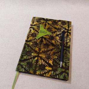 A/5 Zöldes batikolt, tollas határidő napló, Otthon & lakás, Naptár, képeslap, album, Naptár, Fotó, grafika, rajz, illusztráció, Könyvkötés, Méretek: 14 x 20 cm. heti beosztású határidő napló, melynek az oldalait kézzel rajzoltam, terveztem...., Meska
