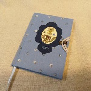 A/6 Halvány kék, virágberakásos határidő napló, Otthon & lakás, Naptár, képeslap, album, Naptár, Fotó, grafika, rajz, illusztráció, Könyvkötés,  Méretek: 10 x 14 cm, heti beosztású napló, vaj sárga lapokkal. Kézzel írott, rajzolt belső oldalak...., Meska