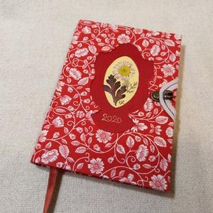 A/6 Piros mintás, virágberakásos határidő napló, Otthon & lakás, Naptár, képeslap, album, Naptár, Fotó, grafika, rajz, illusztráció, Könyvkötés, Méretek: 10 x 14 cm, heti beosztású napló, halvány narancs színű lapokkal. Kézzel írott, rajzolt bel..., Meska