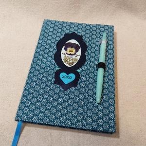 A/5 Türkiz tollas virágberakásos határidő napló, Otthon & lakás, Naptár, képeslap, album, Naptár, Fotó, grafika, rajz, illusztráció, Könyvkötés, Méretek: 14 x 20 cm. heti beosztású határidő napló, melynek az oldalait kézzel rajzoltam, terveztem...., Meska