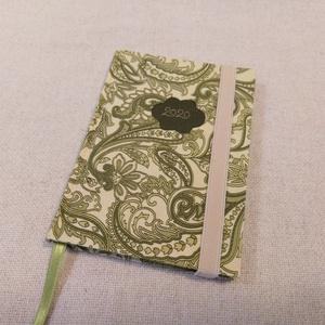 A/6 Zöld leveles ,gumis határidő napló, Otthon & lakás, Naptár, képeslap, album, Naptár, Könyvkötés, Fotó, grafika, rajz, illusztráció, Méretek: 10 x 14 cm, heti beosztású napló, halvány zöld színű lapokkal. Kézzel írott, rajzolt belső ..., Meska