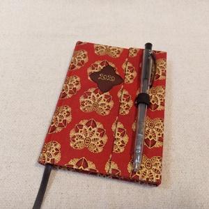 A/6 Bordó- arany, tollas határidő napló, Otthon & lakás, Naptár, képeslap, album, Naptár, Fotó, grafika, rajz, illusztráció, Könyvkötés, Méretek: 10 x 14 cm. heti beosztású határidő napló, melynek az oldalait kézzel rajzoltam, terveztem...., Meska