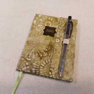 A/6 Zöldes batikolt, tollas határidő napló, Otthon & lakás, Naptár, képeslap, album, Naptár, Fotó, grafika, rajz, illusztráció, Könyvkötés, Méretek: 10 x 14 cm. heti beosztású határidő napló, melynek az oldalait kézzel rajzoltam, terveztem...., Meska