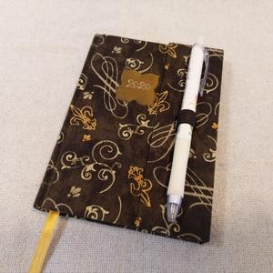 A/6 Sötétbarna kacsos, tollas határidő napló, Otthon & lakás, Naptár, képeslap, album, Naptár, Fotó, grafika, rajz, illusztráció, Könyvkötés, Méretek: 10 x 14 cm. heti beosztású határidő napló, melynek az oldalait kézzel rajzoltam, terveztem...., Meska