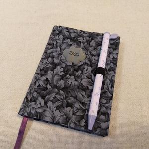 A/6 Szürke leveles, tollas határidő napló, Otthon & lakás, Naptár, képeslap, album, Naptár, Fotó, grafika, rajz, illusztráció, Könyvkötés, Méretek: 10 x 14 cm. heti beosztású határidő napló, melynek az oldalait kézzel rajzoltam, terveztem...., Meska