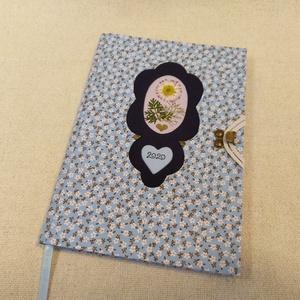 A/5 Kis virágos, virágberakásos határidő napló, Otthon & lakás, Naptár, képeslap, album, Naptár, Fotó, grafika, rajz, illusztráció, Könyvkötés, Méretek: 14 x 20 cm, heti beosztású napló, halvány pasztell lila színű lapokkal. Kézzel írott, rajzo..., Meska