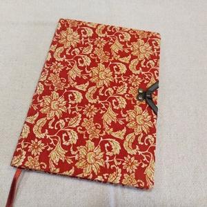 A/5 Piros klasszikus mintájú , kampós napló, Otthon & lakás, Naptár, képeslap, album, Jegyzetfüzet, napló, Könyvkötés, Méretek: 14 x 20 cm, 240 oldal. Két színű papírból, kézzel fűztem a könyvtestet. A tábláján egy fém ..., Meska