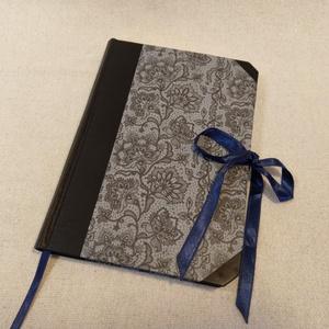 A/5 Szürke virágos, félbőrös napló, Otthon & lakás, Naptár, képeslap, album, Jegyzetfüzet, napló, Könyvkötés, Méretei: 14 x 20 cm-es , 240 oldalas, halvány kék színű üres lapokkal. Kézzel fűzött, félbőr kötésű ..., Meska