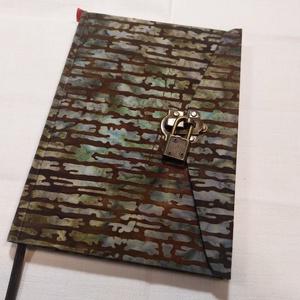 A/5 Batikolt, vonalas lakatos napló, Jegyzetfüzet & Napló, Papír írószer, Otthon & Lakás, Könyvkötés, Méretek: 14x20 cm. 240 old. Pasztell halványzöld, vonalas lapokkal.\n\nA könyvtestet kézzel fűztem, a ..., Meska